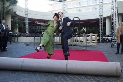 Sandra Oh e Andy Samberg, anfitriões da festa, às vésperas da premiação em Los Angeles.
