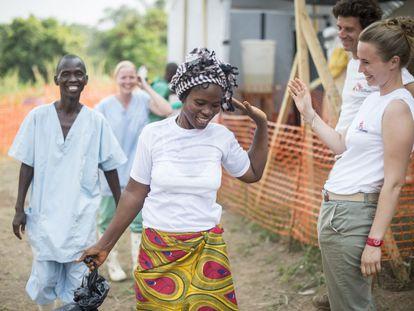 Uma sobrevivente do ebola se despede após alta em um hospital dos Médicos Sem Fronteira em Guekedou (Guiné), em 2014.