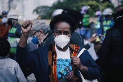 Maria José Menezes, 58 anos, participa do ato contra o racismo em São Paulo.