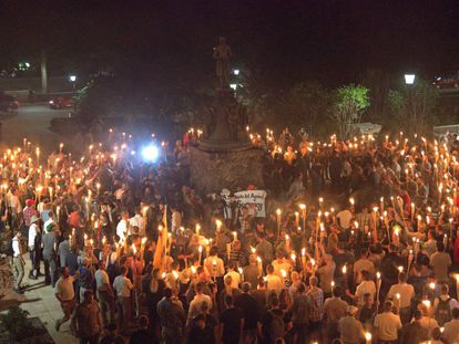 Dezenas de supremacistas brancos com tochas, na sexta-feira em Charlottesville.