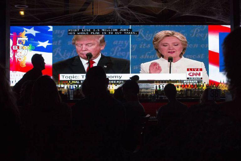 Pessoas acompanham em um telão, em West Hollywood, a transmissão do debate entre os dois candidatos em 19 de outubro.