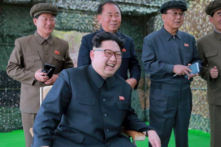 O líder norte-coreano, Kim Jong-Un, comanda os testes de um míssil submarino.