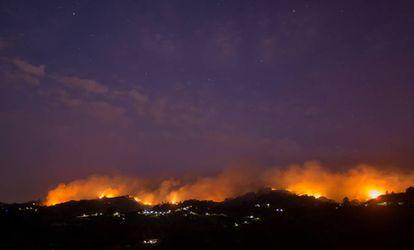 Chamas e fumaça do incêndio vistos de Moya (Gran Canária).