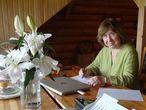 Svetlana Alexiévich, en el despacho de su dacha en Silichy (Bielorrusia).