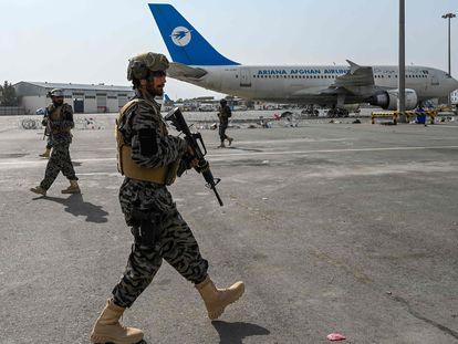 Agentes do Talibã patrulham o aeroporto de Cabul nesta terça-feira após a partida das tropas americanas.