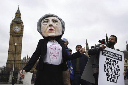 Manifestante fantasiada como Theresa May, em Londres.