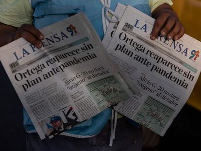 Jornaleiro oferece exemplares do 'La Prensa' numa rua de Manágua, em 16 de abril de 2020. / INTI OCON / AFP
