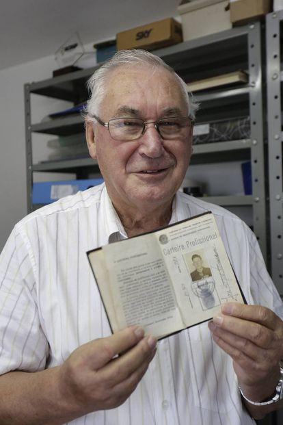 José Aloysio Neumann, de 82 anos, guarda em um cofre sua antiga carteira profissional onde está registrado que trabalha de corretor desde 1959.