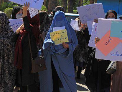 Imagem do protesto incomum de mulheres ocorrido em Herat nesta quinta-feira.