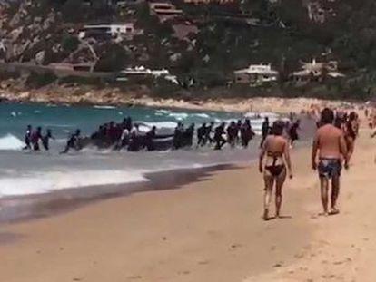 Embarcação chegou a praia em Zahara de los Atunes, Cádis, no início da tarde desta quarta-feira