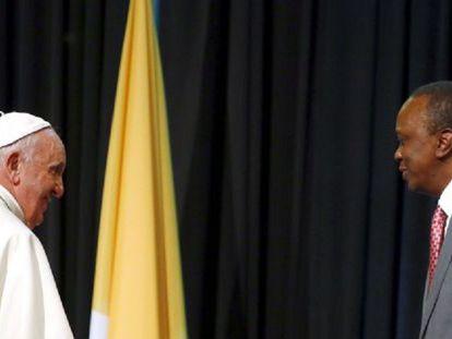 Francisco ao lado do presidente do Quênia, Uhuru Kenyatta.