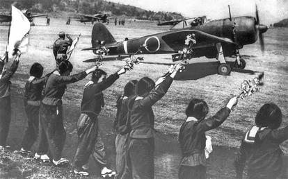 Agitando ramos de cerejeira em flor, garotas japonesas se despedem de piloto kamikaze em 1945, numa imagem de 'O homem que salvou as cerejeiras'.