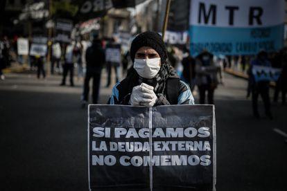 Manifestante protesta em Buenos Aires contra o pagamento da dívida, em 6 de maio.