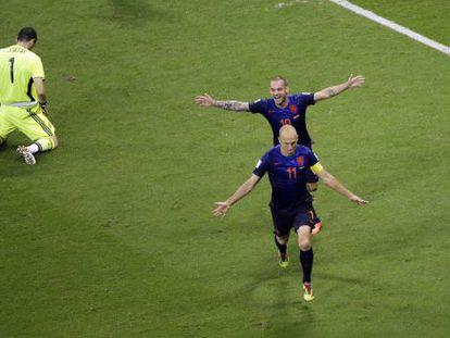 Robben e Sneijder comemoram um dos gols, com Casillas no chão.