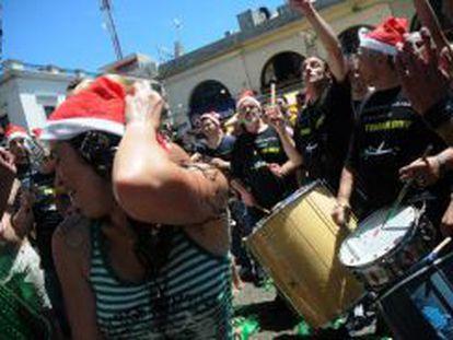 Bailes nas ruas de Montevidéu para celebrar as festas.