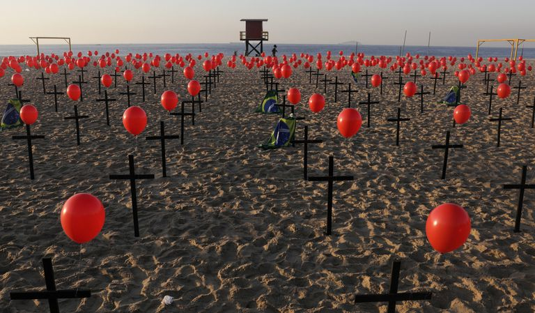 Homenagem nas areias da praia de Copacabana, no Rio de Janeiro, para os 100.000 mortos pela covid-19 neste sábado, 8 de agosto.