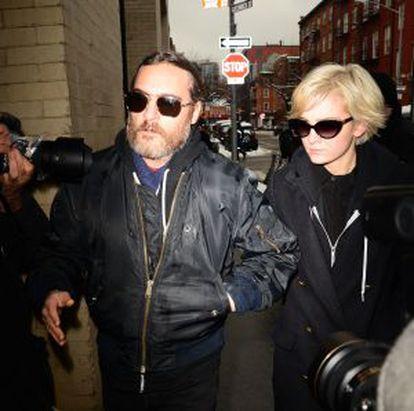 Joaquin Phoenix e a DJ Allie Teilz.