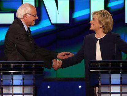 Os candidatos democratas Hillary Clinton e Bernie Sanders na última terça, dia 13 de outubro.