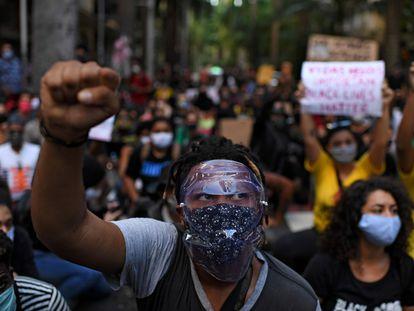Homem ergue o punho fechado, símbolo da luta antirracista, em protesto no Rio de Janeiro em 31 de maio.