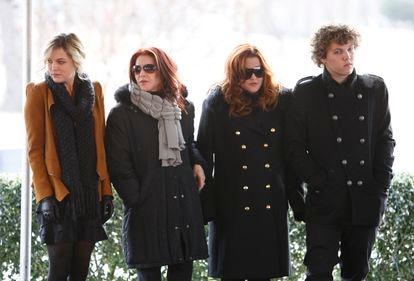 Da esquerda para a direita, Riley Keough, Priscilla Presley, Lisa Marie Presley e Benjamin Keough, no 75º aniversário de Elvis Presley, em 2010, em Memphis.