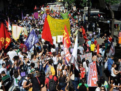 Manifestantes fazem passeata pela Avenida Rio Branco, no centro do Rio, em direção à Cinelândia em protesto contra a Copa do Mundo, em 2014.
