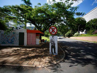 Grafite do arquiteto Oscar Niemeyer em uma quadra residencial de Brasília.
