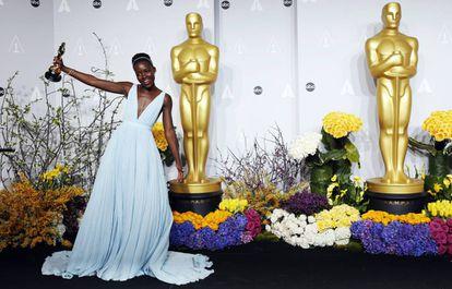 Lupita Nyong'ou, com seu Oscar como melhor atriz de partilha por seu papel em 'Doze anos de escravatura'.