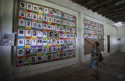 Prisca Arellano mostra a foto do seu sobrinho Omar, desaparecido.