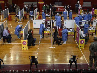Profissionais de saúde são vacinados com a Sputnik V em uma quadra de basquete em Buenos Aires.