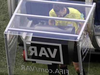 O árbitro consulta o 'replay' das imagens com a tecnologia VAR no jogo disputado entre a Nigéria e a Islândia em 22 de junho.