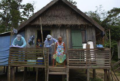 Maria Castro de Lima, de 72 anos, recebe vacina em Labrea, no Amazonas.