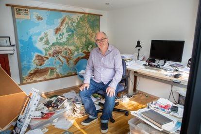 O escritor britânico John Lanchester posa em seu estúdio em Londres, Reino Unido.