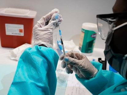 Profissional de saúde prepara dose de vacina contra a covid-19 em Nova York nesta quarta-feira.