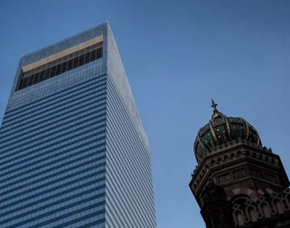 Parte superior do arranha-céu do Citigroup, vista junto com a sinagoga principal de Nova York.