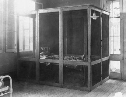 Paciente com febre amarela em isolamento no ano de 1910.