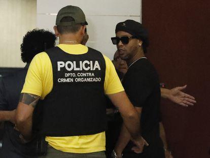 O ex-jogador Ronaldinho Gaúcho chega para depor ao Ministério Público em Assunção.