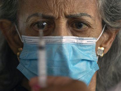 Uma profissional de saúde se prepara para aplicar a vacina contra a covid-19 em São Paulo.