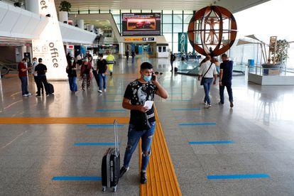 Passageiro com máscara no aeroporto de Fiumicino, vizinho a Roma.