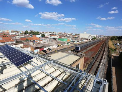 Estação de metro impulsionada por energia solar em Brasília, Brasil.