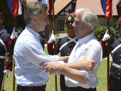 Mauricio Macri abraça Tabaré Vázquez na chegada ao Uruguai.