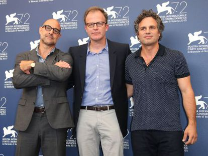 Stanley Tucci, Thomas McCarthy e Mark Ruffalo, da esquerda para a direita, posam para os fotógrafos em Veneza na tarde desta quinta-feira.