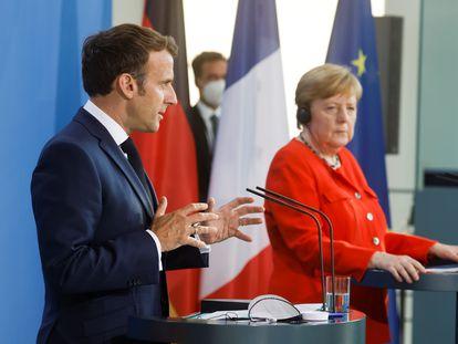 Emmanuel Macron e Angela Merkel dão declarações juntos em 18 de junho em Berlim.
