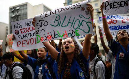 Estudantes protestam contra cortes na educação, no Rio de Janeiro, em maio.