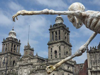 El Zócalo, um dos lugares mais emblemáticos da Cidade do México, é o cenário escolhido para o início de '007 contra Spectre', a última aventura de James Bond, interpretado por Daniel Craig. As máscaras das caveiras, a música e as roupas festivas recriam o dia dos mortos. A cidade foi palco da estreia internacional do filme em 2 de novembro passado.