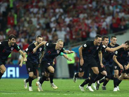 Os croatas celebram a conversão do último pênalti, por Rakitic.