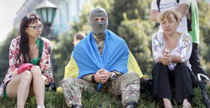 Um membro do batalhão de voluntários Azov durante uma cerimônia de despedida de soldados em Kiev.