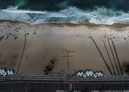 Homenagem às vítimas de covid na praia de Copacabana, , no Rio. EFE/Antonio Lacerda