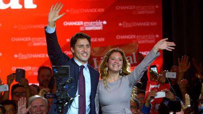 Justin Trudeau e sua esposa cumprimentam seus partidários em Montreal.