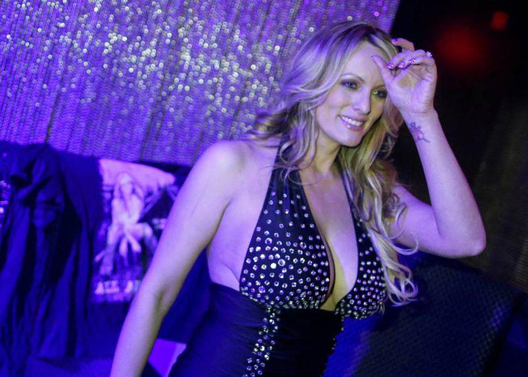 Stormy Daniels, depois de atuar em um clube de strip-tease em Nova York, em junho.