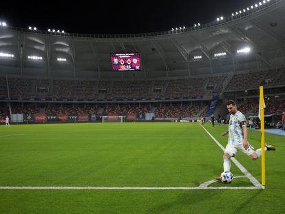 Messi bate escanteio durante partida das eliminatórias da Copa do Mundo contra o Chile, em Santiago del Estero.